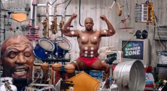 Παίζει μουσικά όργανα σφίγγοντας τους μύες τους! (βίντεο)
