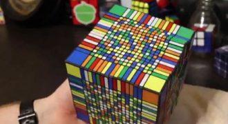 Έκανε 7 ώρες να λύσει τον μεγαλύτερο κύβο του Rubik! (βίντεο)