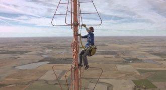 Ανέβηκε στα 1500 πόδια: Το βίντεο θα ταρακουνήσει την καρδιά σας.