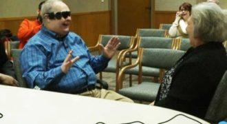 Tυφλός άντρας βλέπει για πρώτη φορά την γυναίκα του με την βοήθεια βιονικών γυαλιών! Ένα συγκινητικό βίντεο.