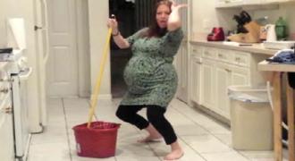 Έτσι όπως έβγαζε βίντεο την έγκυο γυναίκα του να χορεύει έγινε κάτι όμορφο που τους φρίκαρε!