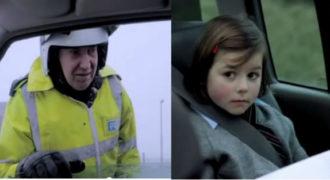 Το σημείωμα που έδειξε αυτό το μικρ0 κορίτσι στον αστυνομικό που τους σταμάτησε για έλεγχο, τον φρίκαρε…