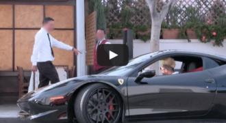 Κοινωνικό πείραμα: Ένας άστεγος μετατρέπεται σε πλούσιο με Ferrari και ξαφνικά όλοι τον βλέπουν αλλιώς