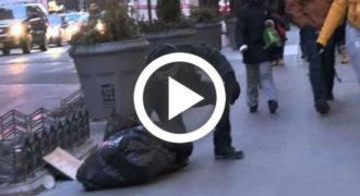 Aυτό το άστεγο αγόρι έτρεμε από το κρύο χωρίς παλτό. Αυτός που το βοήθησε; Θα χάσετε την πίστη σας στην ανθρωπότητα…