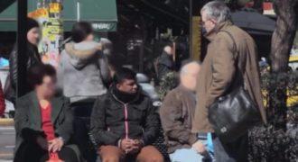 Ρατσιστική επίθεση σε στάση λεωφορείου (Το Ελληνικό Κοινωνικό Πείραμα)