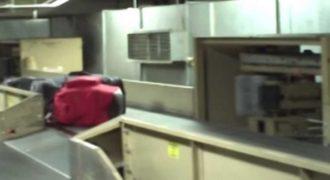 Δείτε τον απαράδεκτο τρόπο μετακίνησης αποσκευών μέσα σε αεροδρόμιο. Την επόμενη φορά θα πακετάρετε καλύτερα…