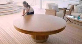 Mοιάζει με ένα κανονικό τραπέζι, αλλά όταν αρχίσει να περιστρέφεται θα σας εντυπωσιάσει!