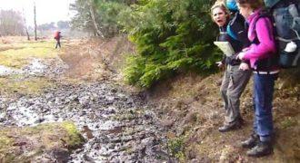 Αποφάσισε να πηδήξει πάνω από μια μεγάλη λακκούβα με λάσπη. Η αντίδραση της; Με πολύ χιούμορ!
