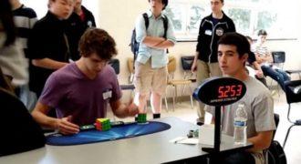 Έλυσε τον κύβο του Ρούμπικ σε 5 δευτερόλεπτα και έσπασε το παγκόσμιο ρεκόρ!