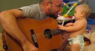 Αυτός ο πατέρας παίζει ένα τραγούδι των Bon Jovi και τότε ανακαλύπτει το κρυμμένο ταλέντο της 8 μηνών κόρης του!
