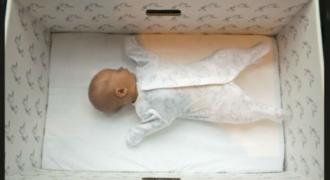 Σε αυτή τη χώρα όλα τα νεογέννητα κοιμούνται σε κούτες. Δείτε τον λόγο και θα καταλάβετε…