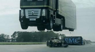 ΑΠΙΣΤΕΥΤΟ! Φορτηγό πηδάει πάνω από μονοθέσιο της Formula 1! (βίντεο)