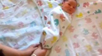 Τυλίγει κουβέρτες γύρω από ένα νεογέννητο. Γιατί; Όλοι οι γονείς πρέπει να το δουν αυτό!