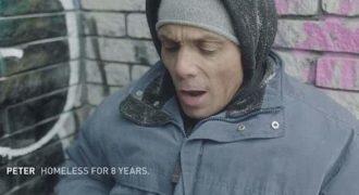 Άστεγοι διαβάζουν προσβλητικά tweets και ξεσπούν σε κλάματα (βίντεο)