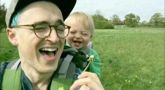 Ο μπαμπάς φυσάει μία πικραλίδα και το μωρό ξεραίνεται στα γέλια! Πρέπει να το δείτε!