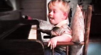 Γεννήθηκε τυφλό και με παραμορφωμένα άκρα. Tο ταλέντο του στο πιάνο; ΑΠΕΡΙΓΡΑΠΤΟ!