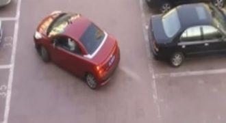 Πήγε να της κλέψει το πάρκινγκ. Τώρα δείτε την αντίδραση της οδηγού με το κόκκινο αυτοκίνητο…