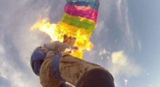 Αλεξιπτωτιστές βάζουν φωτιά στα αλεξίπτωτα τους κατά τη διάρκεια ελεύθερης πτώσης… βίντεο που κόβει την ανάσα!