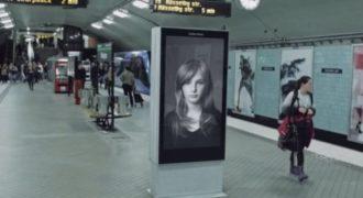 Αρχικά μοιάζει σαν μία συνηθισμένη διαφήμιση. Δείτε τι γίνεται όμως όταν περνάει το τρένο…