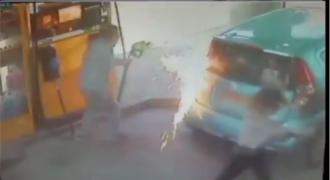 Του ΕΚΑΨΕ το αυτοκίνητο την ώρα που έβαζε βενζίνη επειδή ΑΡΝΗΘΗΚΕ να της δώσει τσιγάρο! (video)