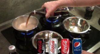 Άρχισε να βράζει Coca cola, Pepsi, Coca Cola Zero και light και δείτε πόση ζάχαρη έβγαλαν! [βίντεο]