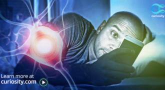 Τι πραγματικά συμβαίνει στον εγκέφαλο μας όταν παίζουμε με το κινητό πριν κοιμηθούμε;