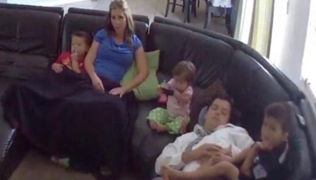 Ο μπαμπάς κοιμόταν στον καναπέ όταν ξαφνικά συνειδητοποίησε ότι το μωρό θα έπεφτε! Δείτε την αντίδρασή του.