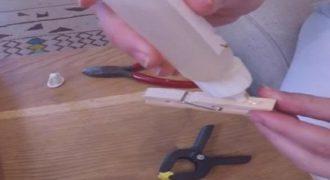 Έβαλε κόλλα σε ένα ξύλινο μανταλάκι και δείτε τι έφτιαξε!