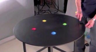 Αυτός ο άντρας έριξε χρωματισμένη άμμο πάνω στο τραπέζι. Αυτό που θα κάνει στην συνέχεια είναι μαγευτικό!