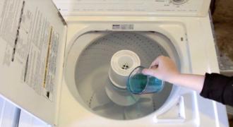 Έριξε στοματικό διάλυμα μέσα στο πλυντήριο ρούχων! Τώρα δείτε τι έγινε!