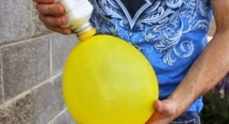 Απίθανο! Ρίχνει αλεύρι μέσα σ' ένα μπαλόνι! O λόγος… Δείτε το όλοι!