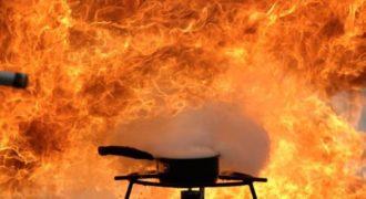 Ποτέ μην σβήνεται την φωτιά σε ένα τηγάνι με καuτo λάδι με νερό. Δείτε τι μπορεί να συμβεί!