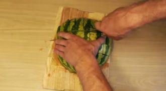 Αφότου δείτε αυτό το βίντεο, δε θα ξανακόψετε το καρπούζι με άλλο τρόπο!