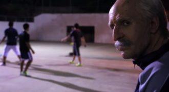 Ένας μάγος της μπάλας μεταμφιέζεται σε γέρο και τρελαίνει κόσμο (βίντεο)