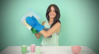 Τοποθετεί απλά υλικά σε μια πλαστική σακούλα, τα ανακατεύει και 5 λεπτά αργότερα… μας τρέχουν τα σάλια!