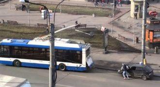 «ΘΑ ΚΛΑΨΕΤΕ» – Ήθελε να ρυμουλκήσει το αυτοκίνητο του με ένα λεωφορείο, αλλά… ξέχασε κάτι πολύ βασικό! (Βίντεο)