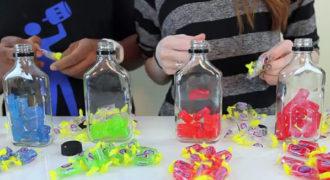 Τοποθετεί χρωματιστές καραμέλες σε μπουκάλια με βότκα και φτιάχνει κάτι εντυπωσιακό!