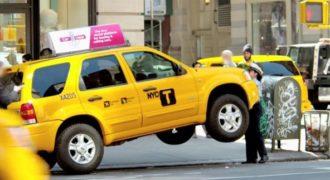 Αστυνομικός Σήκωσε Μόνη της ολόκληρο Τζιπ Ταξί μπροστά στα έκπληκτα μάτια περαστικών γιατί ήταν παράνομα παρκαρισμένο…