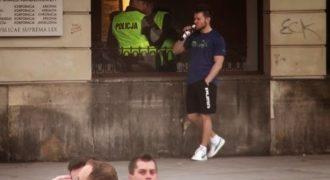 Ο «τυπάκος» απλά τρολλάρει του αστυνομικούς απίστευτα! Θα κλάψετε εγγυημένα…