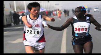 Μας έκανε να δακρύσουμε: Αθλήτρια από την Κένυα δίνει σε συναθλητή της  χωρίς χέρια, νερό στο στόμα, την ώρα του αγώνα… (ΣΥΓΚΛΟΝΙΣΤΙΚΟ ΒΙΝΤΕΟ)