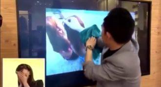 Το χέρι του πέρασε μέσα από την Τηλεόραση και τις έκλεψε … Τι κόλπο είναι αυτό που έκανε ο τύπος μας τρέλανε στην κυριολεξία …..