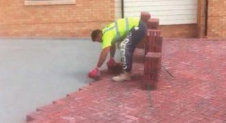 Άντρας τοποθετεί τούβλα στο έδαφος με έναν πολύ γρήγορο τρόπο!