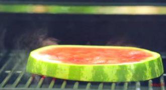 Έβαλε καρπούζι στον φούρνο και δείτε τι έφτιαξε! (Βίντεο)