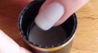 Βούτηξε τα νύχια της μέσα σε καθαρό αλκοόλ! Το αποτέλεσμα; Πανέμορφο! (βίντεο)