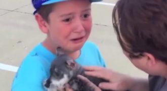 Ξέσπασε σε κλάματα όταν είδε την έκπληξη που του είχαν ετοιμάσει οι γονείς του!