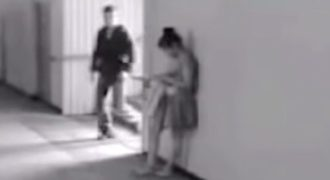 Ένας κλέφτης προσπαθεί να της κλέψει το τηλέφωνο αλλά αυτή η γυναίκα δείχνει ποιος είναι το αφεντικό!