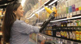 Μια 46χρονη μαθαίνει να ζει με το νέο βιονικό χέρι της