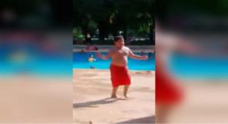 Το αγόρι με το κόκκινο μαγιό βγαίνει από την πισίνα! Δείτε τι γίνεται όταν αρχίζει η μουσική!
