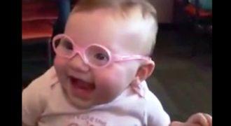 Μωρό με υψηλό βαθμό μυωπίας βλέπει τους γονείς του για πρώτη φορά…. Συναρπαστικό!