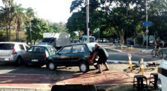 Εξοργισμένος ποδηλάτης σηκώνει με τα χέρια του αυτοκίνητο που τον έκλεισε! Άτυχος όποιος τα βάλει μαζί του: (Video)